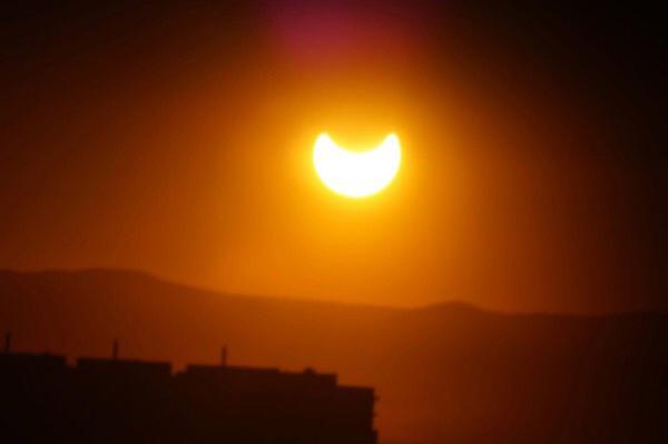 Редкое кольцеобразное солнечное затмение, которое вчера наблюдали читинцы. Фото: «Регион-75» ВКонтакте