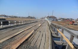 Власти реконструируют разваливающийся деревянный мост в селе Малышево