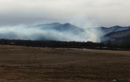 В Кыре полыхает пожар в долине реки Кыринка