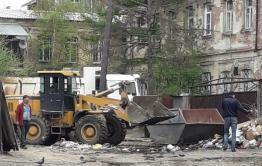 Помойку возле здания краевого минобра все же решили убрать