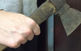 В Чите бывший заключенный, угрожая жене топором, связал и ограбил