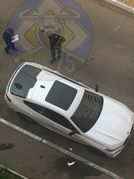 В Чите разбили стекло BMW – на машину сбросили кальян