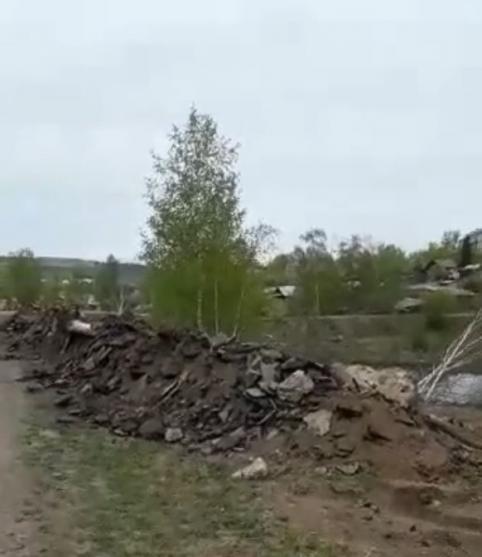 Рабочие устроили свалку из кусков снятого асфальта на местном водозаборнике (видео)