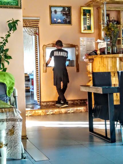 """Когда не проходишь аттестацию, приходится работать официантом в кафе """"Наран"""" в Агинском."""