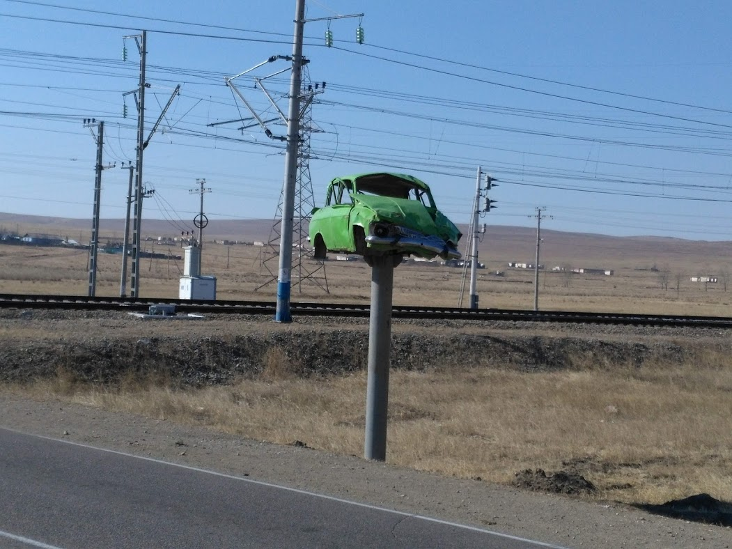 """Этот """"Москвич"""" воздвиг себе памятник, пытаясь поспорить с поездом. Нерегулируемый переезд на станции Мирная в Оловяннинском районе"""