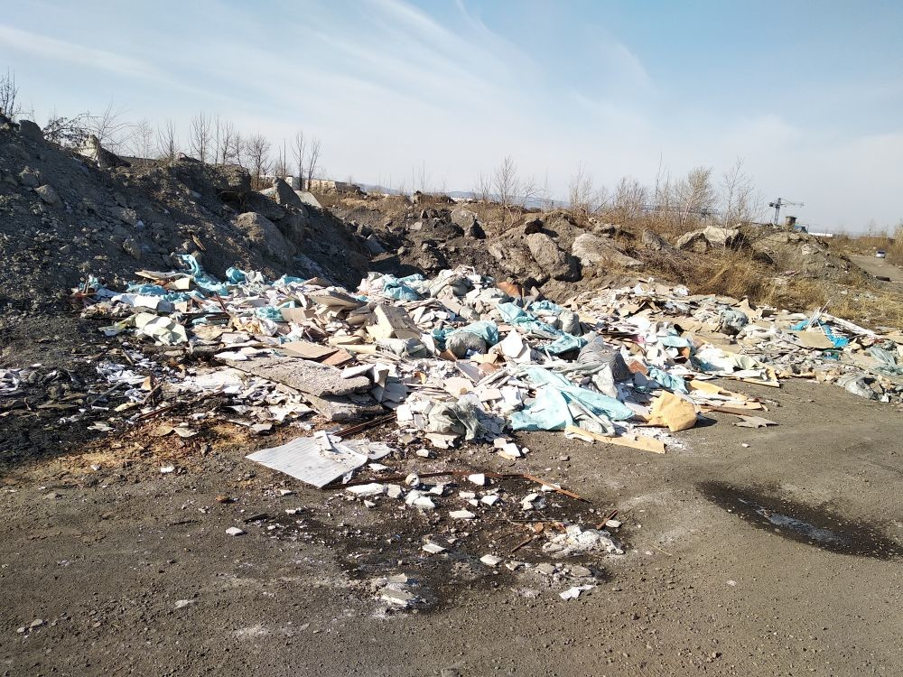 Правый берег реки Читинка загажен мусором
