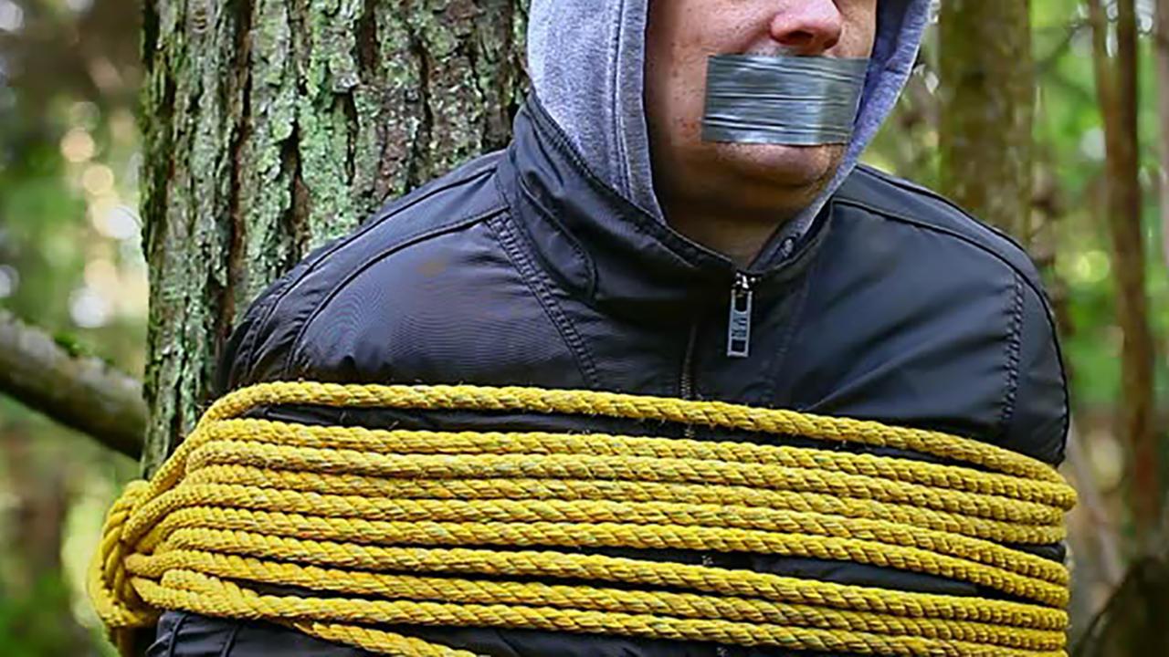 Трое мужчин похитили читинца и вывезли в лес. Там его избивали, вымогая деньги.