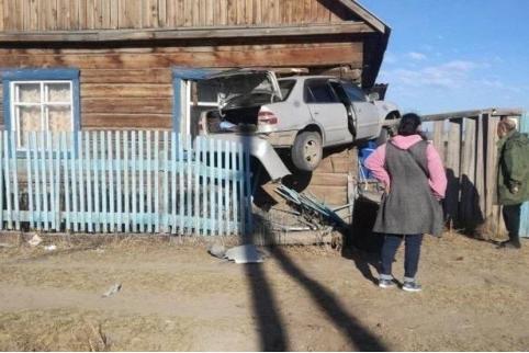 В Улан-Удэ «Тойота» врезалась в жилой дом
