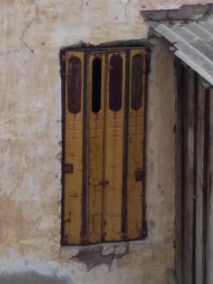 Вот такое решение: вместо окон двери от ПАЗика. Кыра, 26 апреля