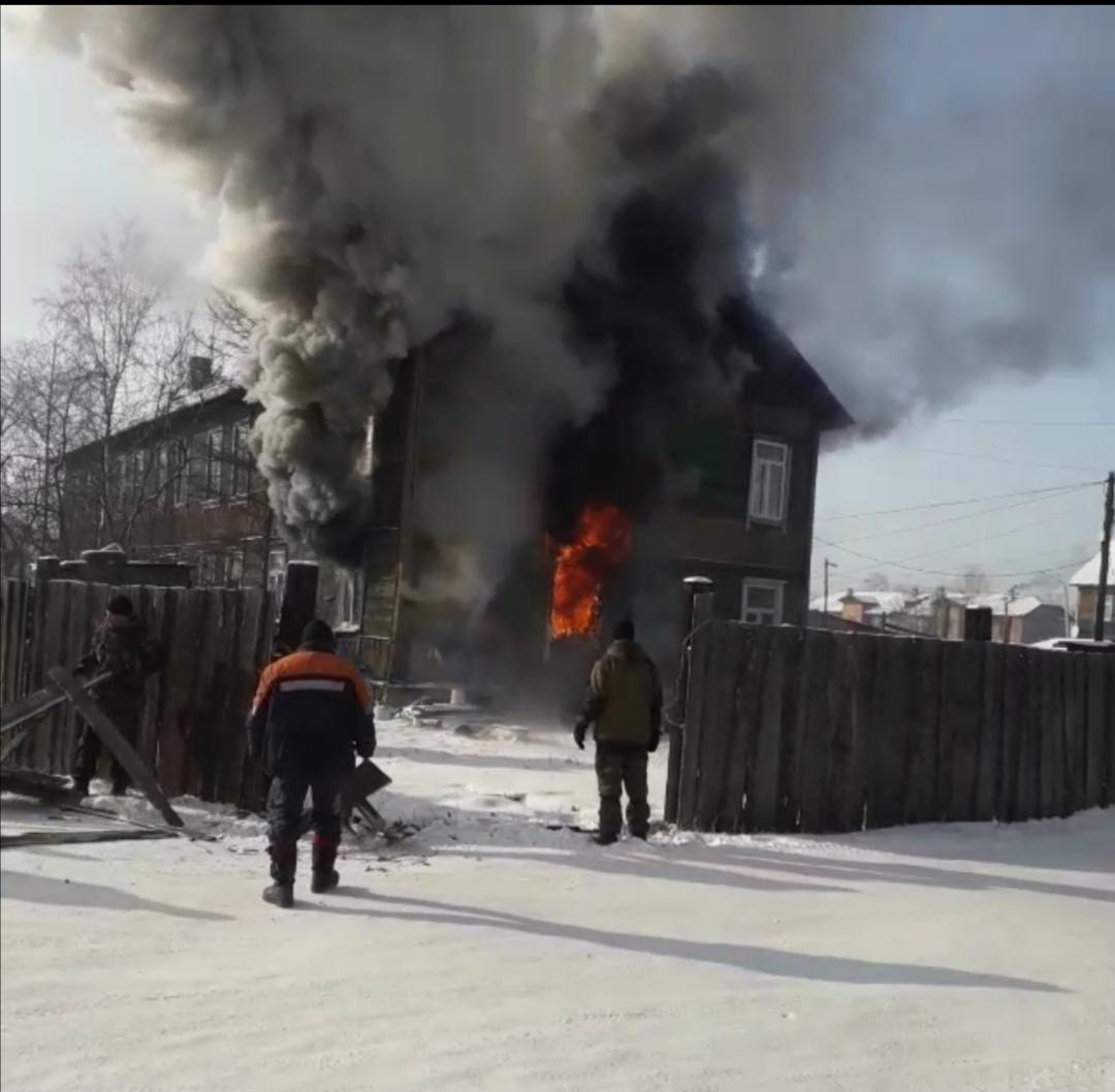 В Чернышевске горит деревянная двухэтажка