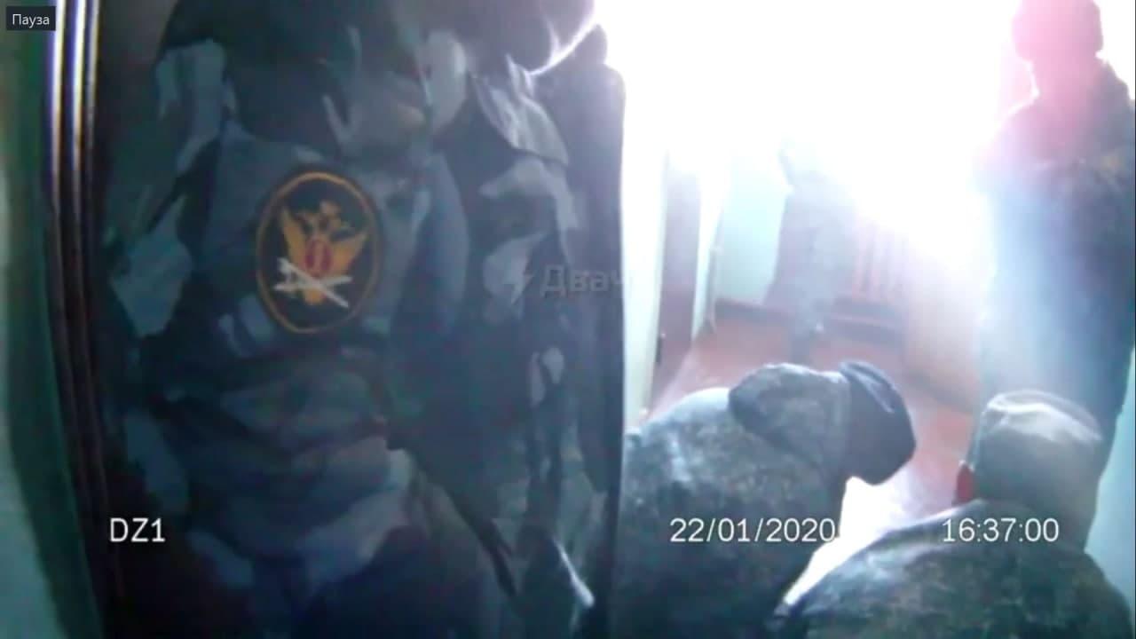 Видео с пытками заключенного, якобы снятое в колонии Забайкалья, появилось в сети