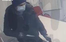 Грабитель, напавший на офис микрозаймов в Чите, переоделся и вернулся на место преступления