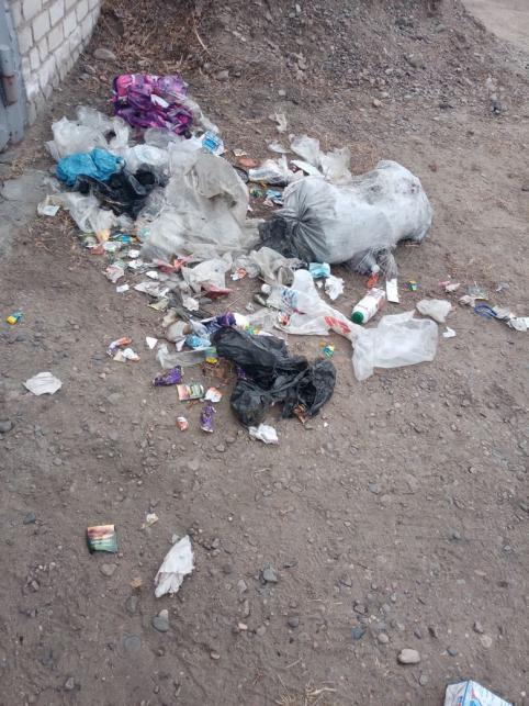 Жителям Кадалинки приходится перед работой собирать оставленный в пакетах для