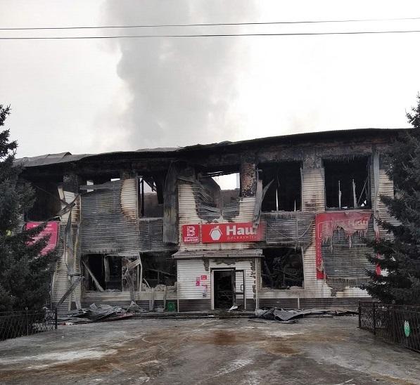 Пожарным удалось за 40 минут потушить загоревшийся супермаркет в Улетах