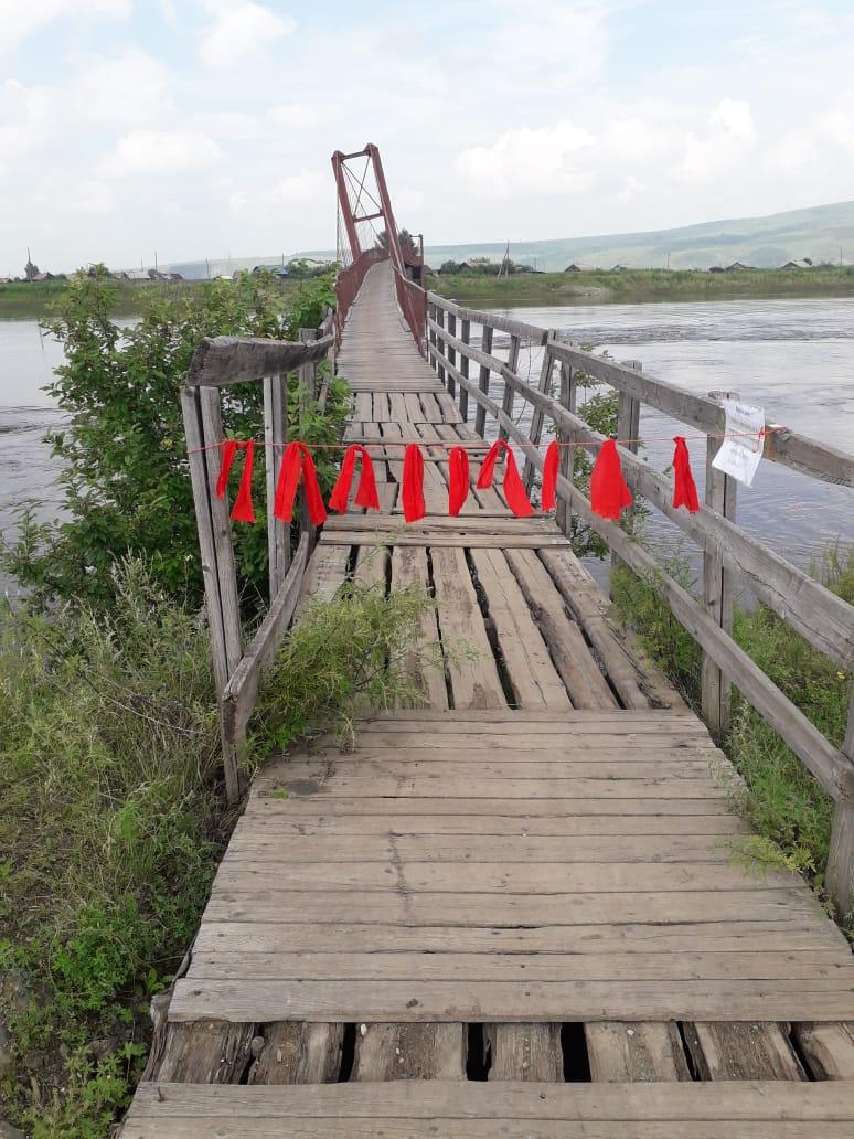 Власти перекрыли лентами проход по аварийному мосту в Михайловке