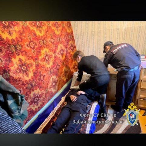 Двое жителей Ононского района задушили подушкой 83-летнего мужчину и украли 100 тысяч рублей