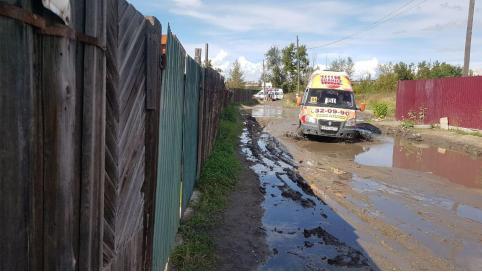 Жители Читы пожаловались на убитую дорогу на конечной 51-го маршрута — люди лезут по забору, чтобы добраться до дома