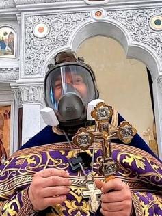 Молитвой и противогазом. Патриарх Кирилл призвал не ходить в храмы во время COVID-19