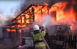 В Чите ребенок игрался с огнем и сжег постройки во дворе