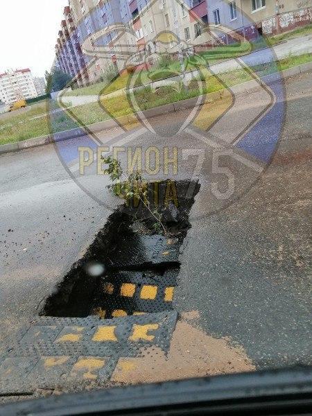 «Лежачий полицейский» провалился после дождя в Северном