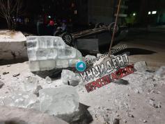Автомобилист в Краснокаменске решил снести ледовый городок, не дожидаясь, пока тот растает — и просто врезался в него, перевернув машину. 15 февраля.