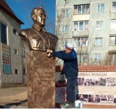 Памятник полководцу Георгию Жукову, установленный в шестом микрорайоне КСК около библиотеки N5. 05.11.2020