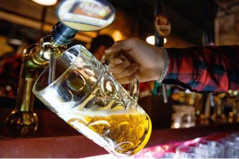 Читинец отвлекал разговорами бармена, пока его подельники выносили алкоголь