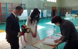 В Чите пара проголосовала на избирательном участке в день свадьбы