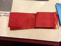 Та самая лента, с разрезания которой 30 декабря 1970 года, в Чите началось движение троллейбусов. Исторический кусок шёлковой ткани до сих пор бережно хранится в музее Читинского троллейбусного управления. Фото: Факты о Чите