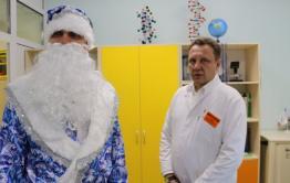 Александр Осипов в костюме Деда Мороза поздравил онкобольных детишек