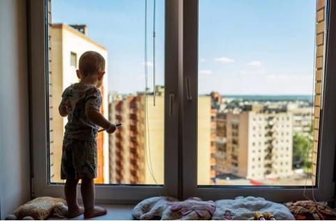 Двухлетний мальчик погиб после падения из окна 8 этажа в Чите