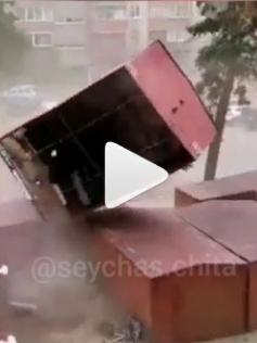 Ураганный ветер снес гараж-ракушку. Чита, 13 мая.
