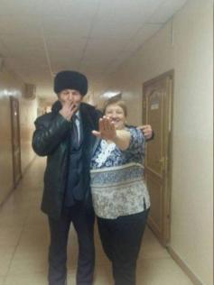 Пользователи группы «Совесть народа» в соцсети «Одноклассники» увидели на фото намёк на «усы Гитлера» и «нацистское» приветствие. Вот оригинал фото без фотошопа – Зайдель посылает воздушный поцелуй, а Ушакова – закрывается рукой от камеры. Забайкалье.