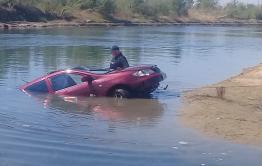 Следователи начали проверку по утонувшему в машине в Кеноне мужчине