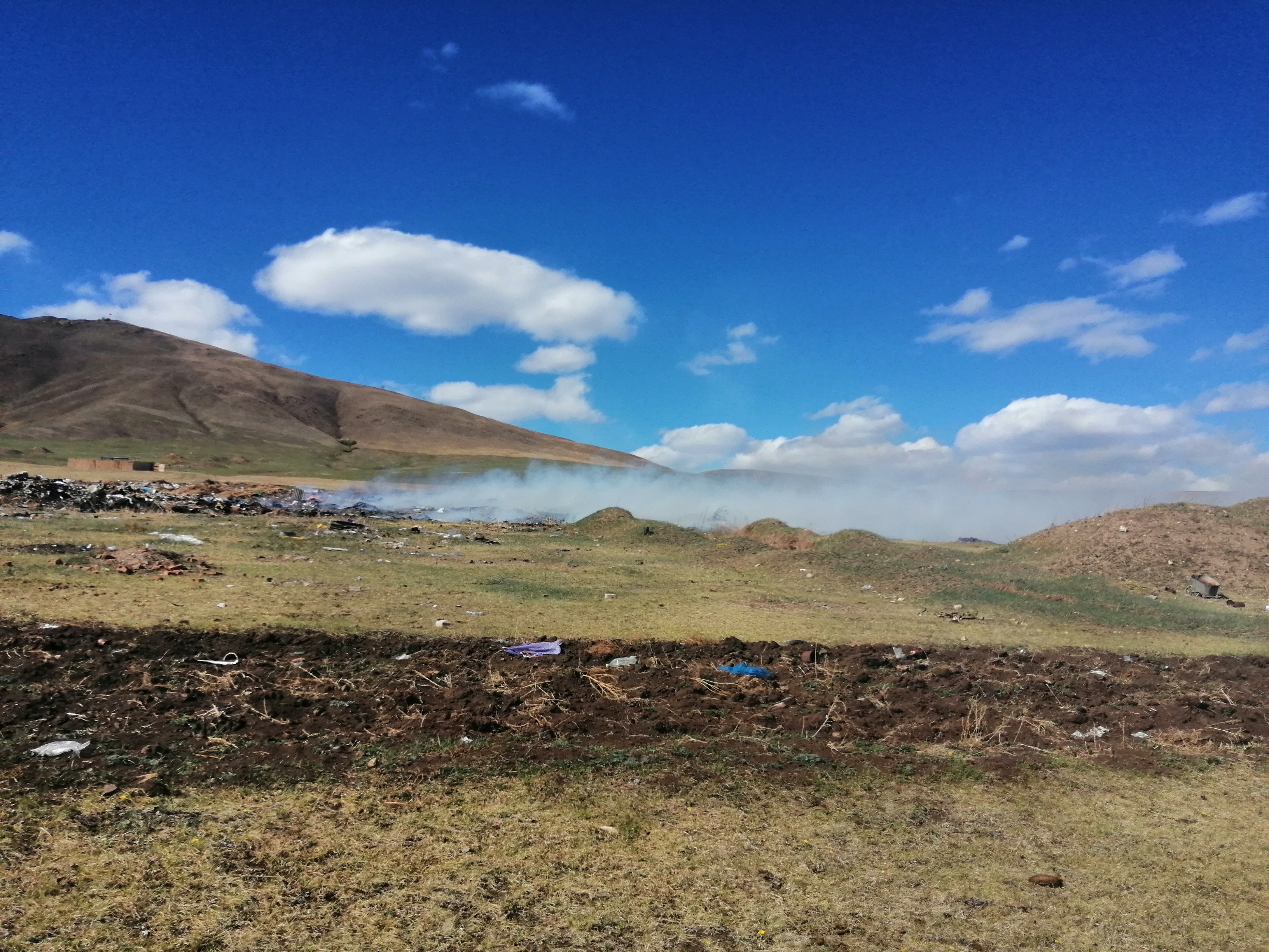 В селе Усть-Наринзор горит свалка.Никто не тушит