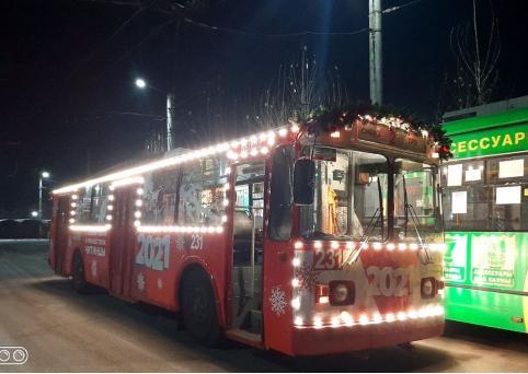 В Чите появился новогодний троллейбус
