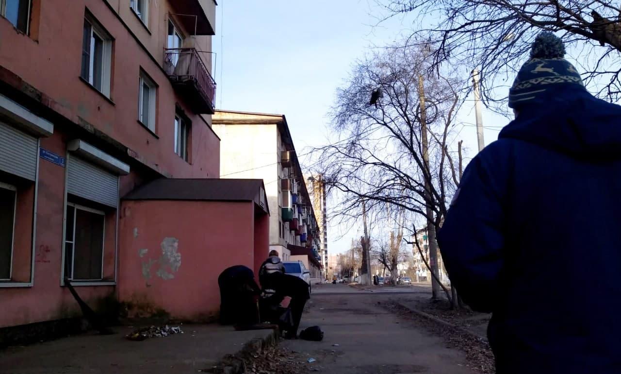 Мусор перед Кастринской, 3, начали убирать местные алкоголики после сюжета «Вечорки ТВ» (видео)