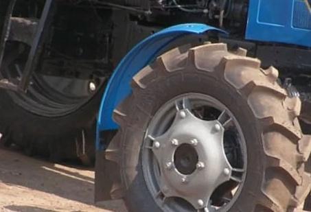 Трехлетний ребенок погиб под колесами тракторного прицепа в Дарасуне
