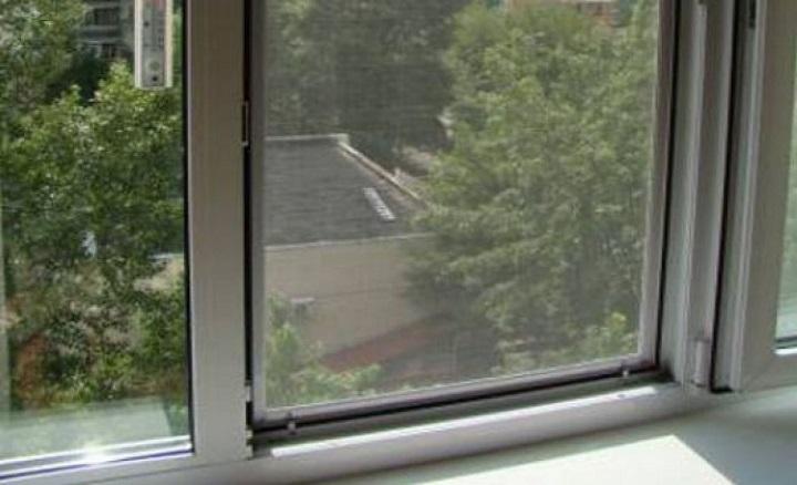 Девочка оперлась на москитную сетку и выпала из окна в Краснокаменске
