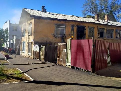 Пожарные эвакуировали читинцев из-за пожара в бараке на Столярова