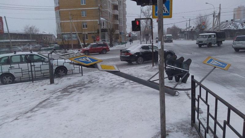 Ветер снес светофор на перекрестке Богомягкова и Кастринской в Чите