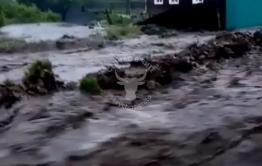 Более десяти человек эвакуировали из-за наводнения в Балее (видео)