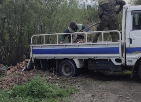 Жители Читы сняли автомобиль, из которого выбрасывали мусор на берег реки