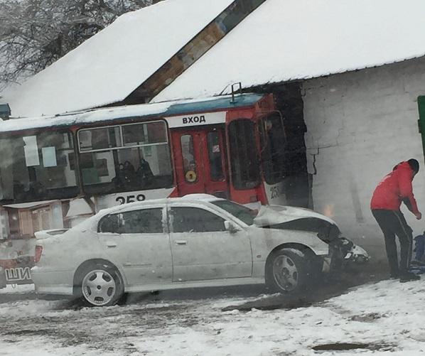 Троллейбус слетел с дороги и снес стену гаража на Пожарке в Чите