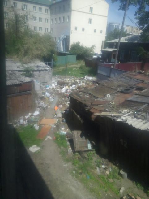 Свалка во дворе на Столярова, 35, вновь появилась в Чите