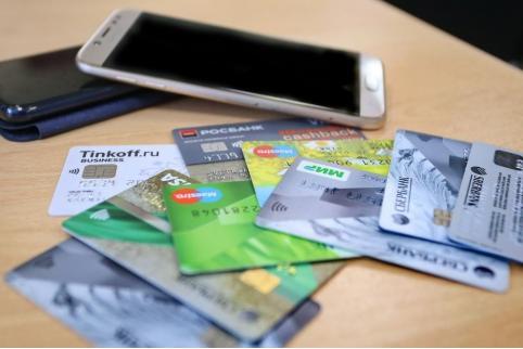 В Чите два парня украли деньги с карты своей соседки – она попросила их обновить «онлайн банк»