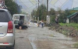 Toyota затонула на дороге в Чите. Видео
