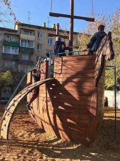 Такой кораблик построили во дворе дома на Балябина 17. Правда дворик под замком. Чтобы получить от него ключик нужно заплатить 100 рублей.