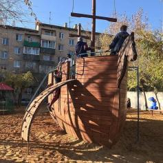 Такой кораблик построили во дворе дома на Балябина 17. Правда, дворик под замком. Чтобы получить от него ключик нужно заплатить 100 рублей.