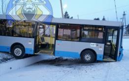 Автобус № 17 «ул. Верхоленская - ГРЭС» завис на бордюре в Чите